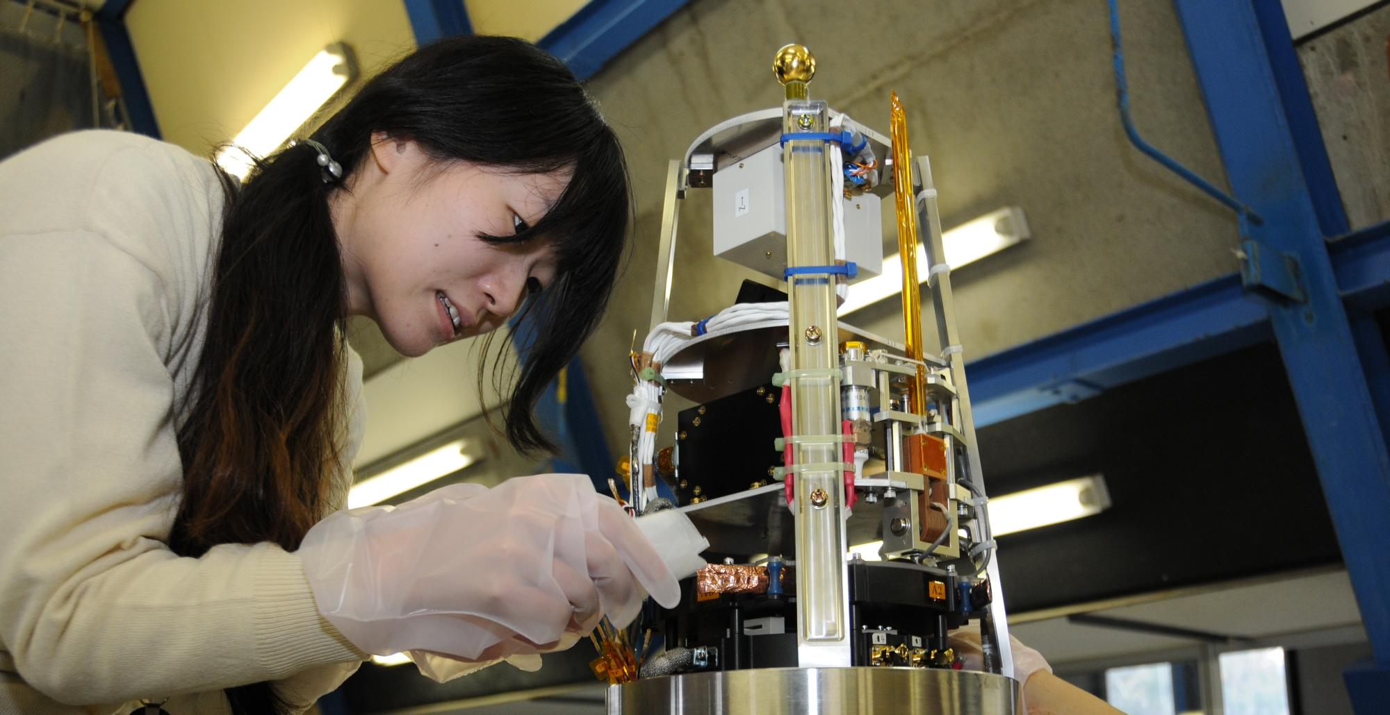 S-310-44号機観測ロケット搭載電波受信機の最終動作チェック(写真:JAXA提供)